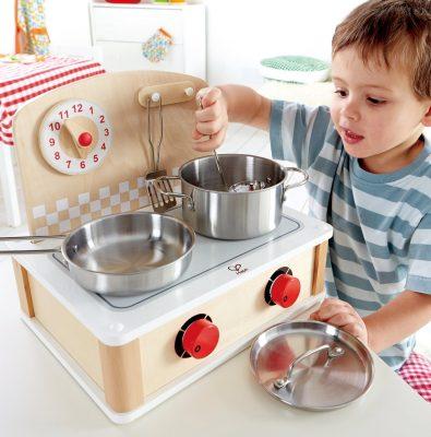 nino jugando a la cocina