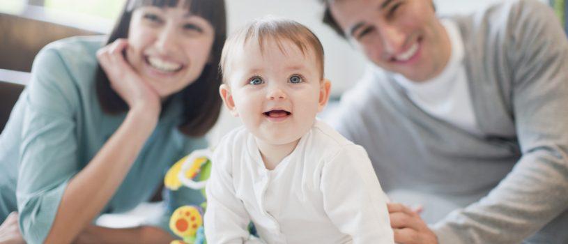 padres criando bebe
