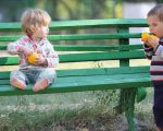 ninos comiendo naranja