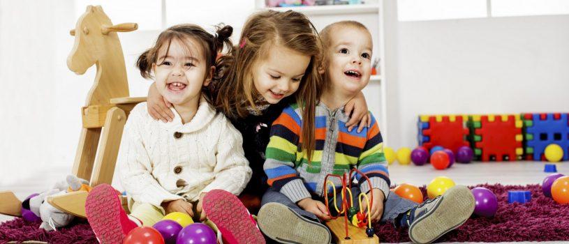 Niños jugando con juguetes